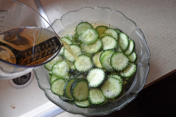 Pour the water and vinegar over the cucumber slices.
