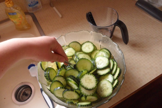 Mix the water, vinegar, and cucumbers together.